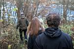 Okolí valašské řeky Bečvy dva měsíce po úniku jedů do vody a otrávení života v ní, listopad 2020. I sami lidé už pátrají, kdo je na vině.