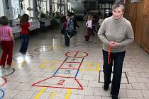 Skákání panáka zpestřuje školákům ze Staré Bělé přestávky