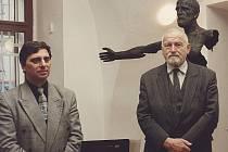 Majitel galerie Petr Pavliňák (vlevo) na jedné z vernisáží se sochařem Olbramem Zoubkem.