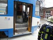 Škodu za 400 tisíc korun způsobil požár, který ve středu odpoledne zachvátil přední část tramvaje jedoucí na vozovnu v Ostravě-Porubě.