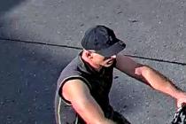 Policisté žádají cyklistu, aby se jim ozval.