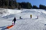 Velké Karlovice lákají na sáňkování, snowtubing i běžky.