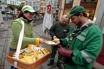 Hostesky rozdávaly v Ostravě kolemjdoucím snídaňové balíčky