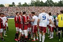 Benefice Marka Jankulovského. Kompletní tým z mistrovství z Evropy 2004, spoluhráči z Itálie v čele s Gennarem Gattusem, do posledního místa vyprodané Bazaly a skvělá zábava.