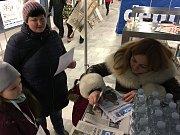 Pavlína Wolfová při podpisu titulní strany Deníku, kterou mohou získat návštěvníci Olympijského festivalu v Ostravě u stánku Deníku..