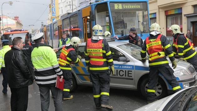 V centru Ostravy se v úterý 10. března odpoledne srazilo policejní vozidlo s tramvají. Při havárii byl zraněn jedenatřicetiletý policista.