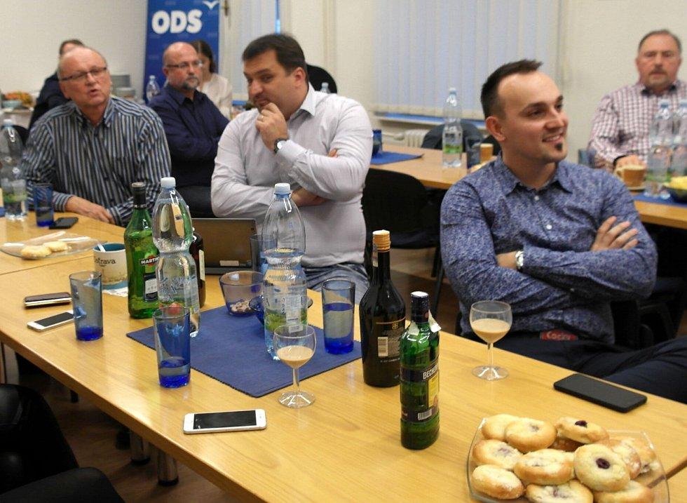 OSLAVY v bouřlivém duchu se v Modrém domě sice nekonají, ale přípitky se tu podle lahví stojících na stole bezesporu uskutečnily.