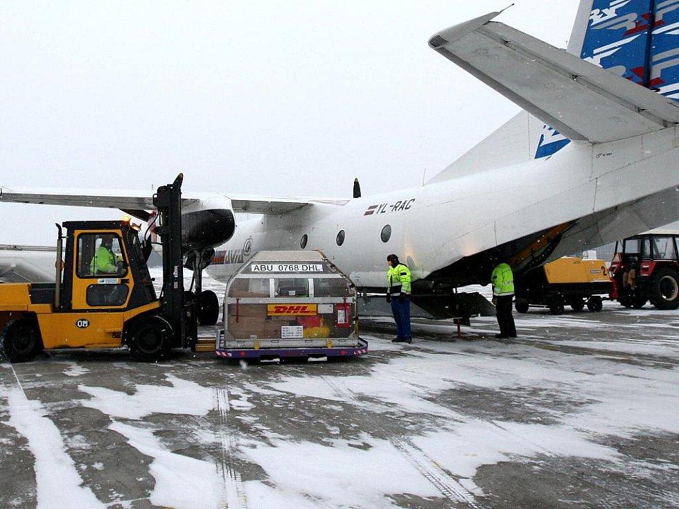 Vykládka nákladního letounu AN 24 ve službách DHL na ostravském letišti v Mošnově
