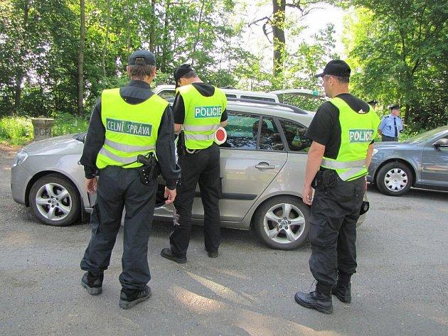 Celníci a policisté se objevili na šesti stanovištích poblíž polských hranic.