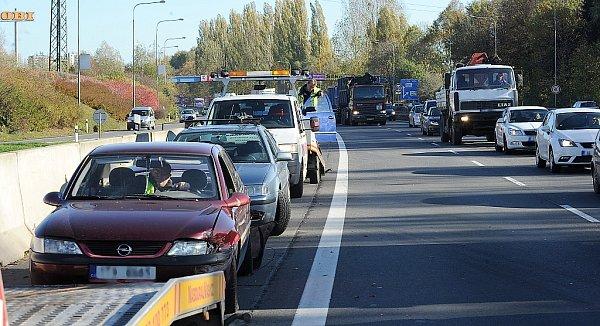 Velké dopravní komplikace způsobila nehoda, která se stala ve středu kolem poledne vulici Rudné unákupního centra Shopping Park vOstravě-Zábřehu.