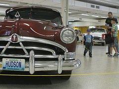 Výstava starých amerických vozů na Černé louce.