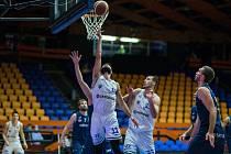 Basketbalisté NH Ostrava (v modrém) prohráli ve středečním utkání 13. kola nejvyšší soutěže na palubovce USK Praha 78:99. Foto: facebook USK Praha