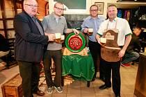 Speciální várka piva v dubových sudech dorazila v sobotu večer do vybraných ostravských pivnic. Sudy plné nefiltrovaného ležáku byly dovezeny na oslavu 175. výročí uvaření první várky plzeňského piva.