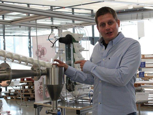 VEDOUCÍ vítězného týmu Petr Pavlík z Katedry energetiky VŠB–TUO předvádí model kávovaru.