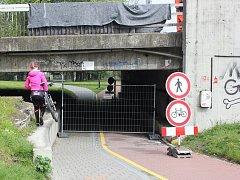 Někteří cyklisté a pěší si ze zákazu těžkou hlavu nedělají.