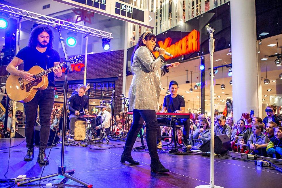 Ewa Farna rozsvítila vánoční strom v Ostravském nákupním centru Avion, 16. listopadu 2019 v Ostravě.