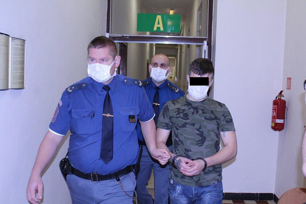 Muž se u soudu přiznal k napadení krajana.