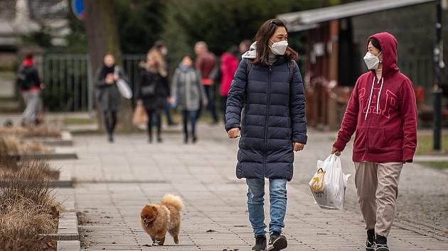 V zastavěných oblastech musejí mít lidé povinně respirátory.
