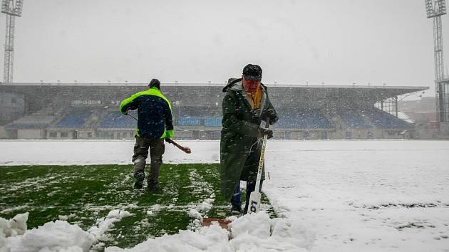 Odklízení sněhu z hrací plochy na stadionu ve Vítkovicích