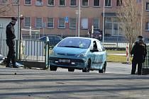 Strážníci pomáhají usměrňovat dopravu u odběrového místa u Fakultní nemocnice Ostrava.