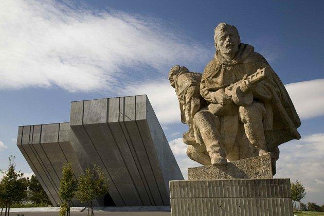Národní památník II. světové války se nachází na půl cesty mezi Opavou a Ostravou vHrabyni.