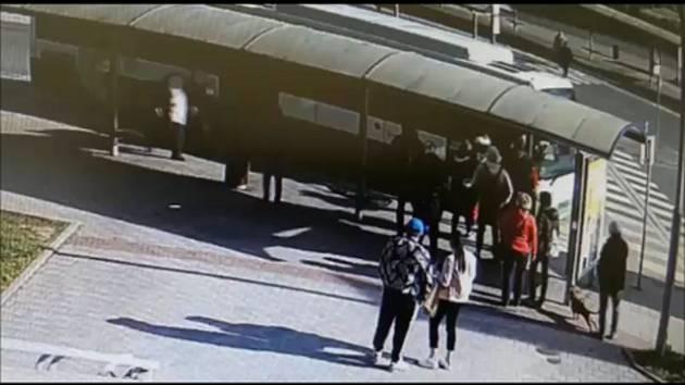 Muž v Ostravě u autobusu napadl dalšího. Policie hledá svědky.