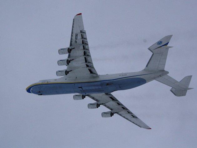 AN-225 po startu z mošnovského letiště.