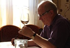 Vinař Jaroslav Kozel ze Žabčic na jižní Moravě byl jedním z porotců, kteří v minulých dnech v Beskydách hodnotili vína Irsai Oliver.