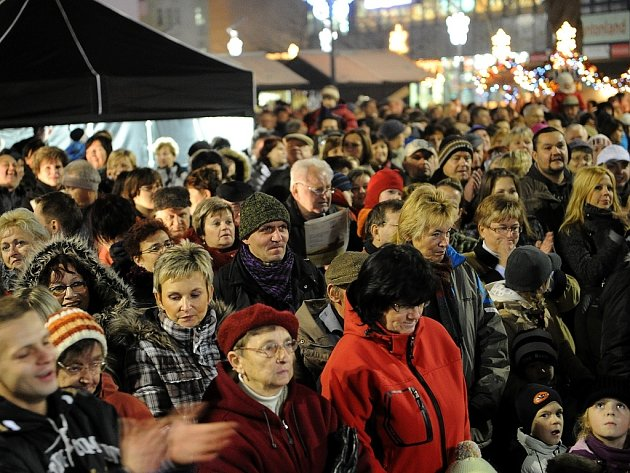 Ilustrační snímek z loňského zpívání koled na Masarykově náměstí v Ostravě.
