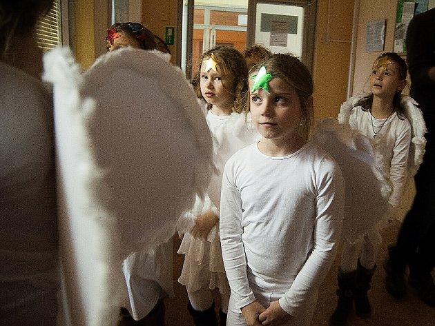 Školáci z Ostrčilky připravili Mikulášskou nadílku pro děti, které jsou momentálně kvůli svým zdravotním trablům v dětském oddělení městské nemocnice Ostrava-Fifejdy.