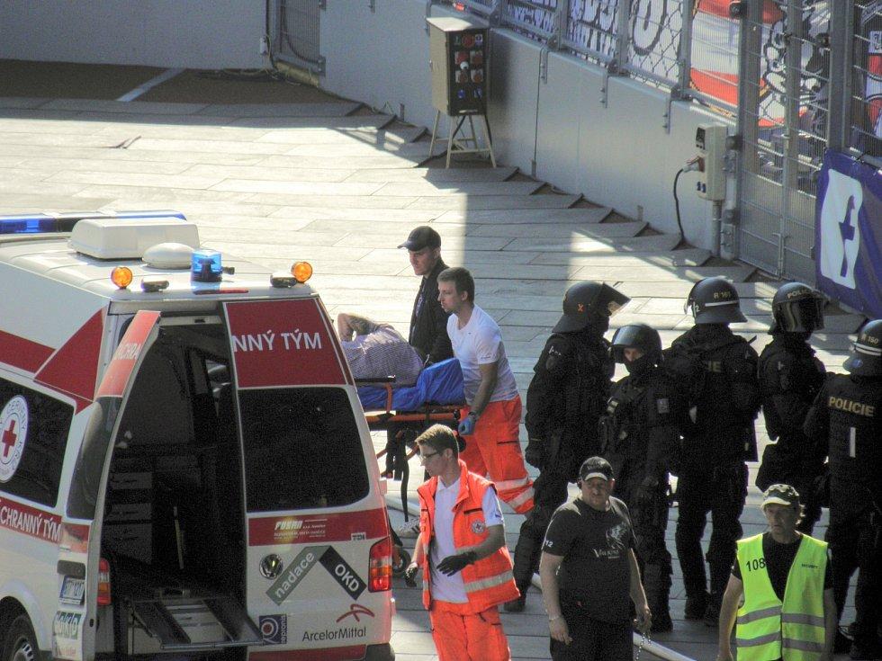 5. Záchranáři muže nakládají do sanitky.