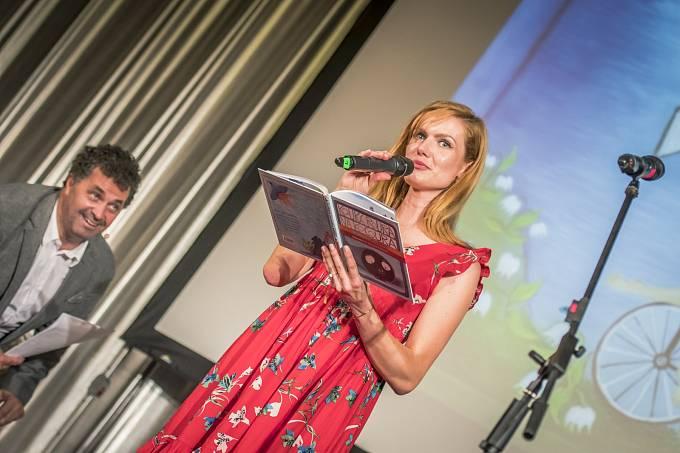 Biatlonová šampiónka Gabriela Koukalová čte dětem