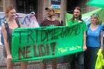 Po čtrnácté hodině začala první demonstrace, proti nenávisti, účastnilo se jí zhruba čtyřicet lidí.