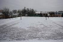 Fotbalisté a hasiči z Pustkovce vyrobili veřejné kluziště.