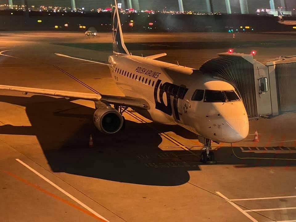 Embraer E170 před odletem z Varšavy do Ostravy, 25. říjen 2020