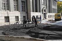 Nádražní ulice má nové koleje i vozovku, dodělávají už se pouze chodníky a parkovací záliv u Komerční banky. Tyto práce skončí do konce listopadu.