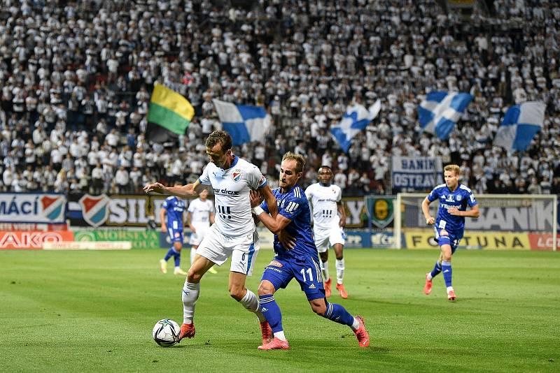 Utkání 8. kola první fotbalové ligy: SK Sigma Olomouc - FC Baník Ostrava 17. září 2021 v Olomouci. (zleva) Daniel Tetour z Ostravy a Pablo Juarez Gonzalez z Olomouce.