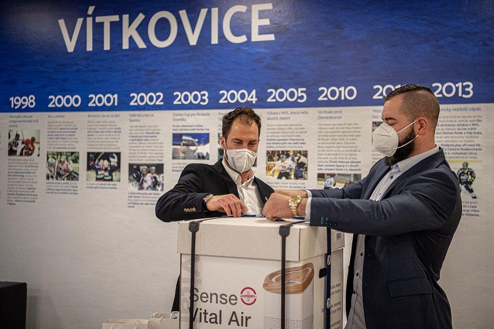 Hráči HC Vítkovice Ridera (Roman Polák a Zbyněk Irgl) připravují dárky pro FNO, 3. března 2021 v Ostravě.