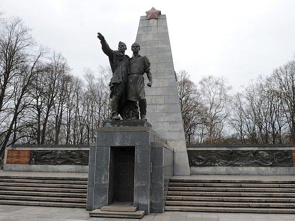 Pomník vKomenského sadech vOstravě byl odhalen vroce 1946.