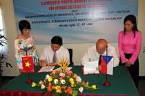 Viceprezident Vinacomu Nguyen Nhu Hai (na snímku vlevo) a majitel Štěrkoven Rudolf Bochenek při slavnostním podpis smlouvy o spolupráci.