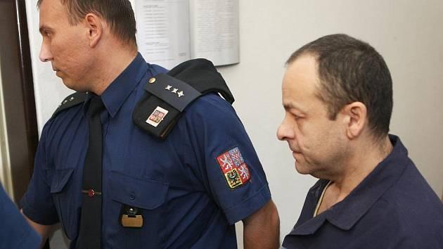 Josef Demeter, který letos v dubnu napadl kuchyňským nožem svou bývalou přítelkyni, dostal od Krajského soudu v Ostravě třináctiletý trest vězení.
