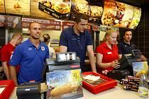 Vítkovičtí hokejisté při setkání s fanoušky prodávali kuřata.