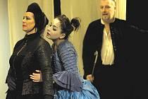 BLECHA V ARÉNĚ. Za roli Darcy Snelgravové byla Alena Sasínová-Polrczyk (vlevo, na snímku s Zuzanou Truplovou a Janem Fišarem) letos nominována na Cenu Thálie.