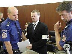Martin Balhar (na snímku uprostřed) u ostravského soudu.