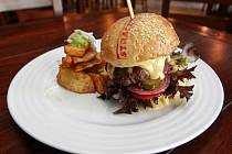 Letní specialitou je Stračena hovězí burger podávaný v domácí sezamové bulce s gratinovaným kravským domácím sýrem, restovanou slaninou, zastřeným vejcem, salátovými lístky, cibulkou, rajčaty a nakládanou okurkou.