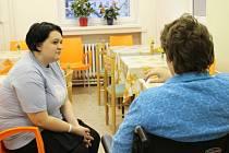 Denisa Porubková (vlevo) naslouchá pacientce následné péče Vítkovické nemocnice v Ostravě.