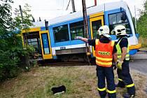 Vykolejenou tramvaj dostali zpátky na koleje hasiči.