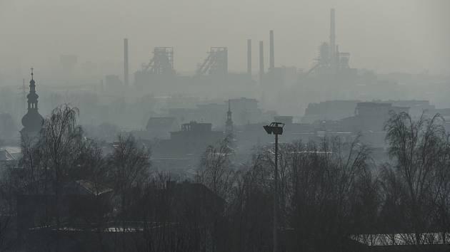 Rozptylové podmínky v Moravskoslezském kraji se od středy zlepšily. Na snímku pohled na Ostravu zahalenou ve smogu.