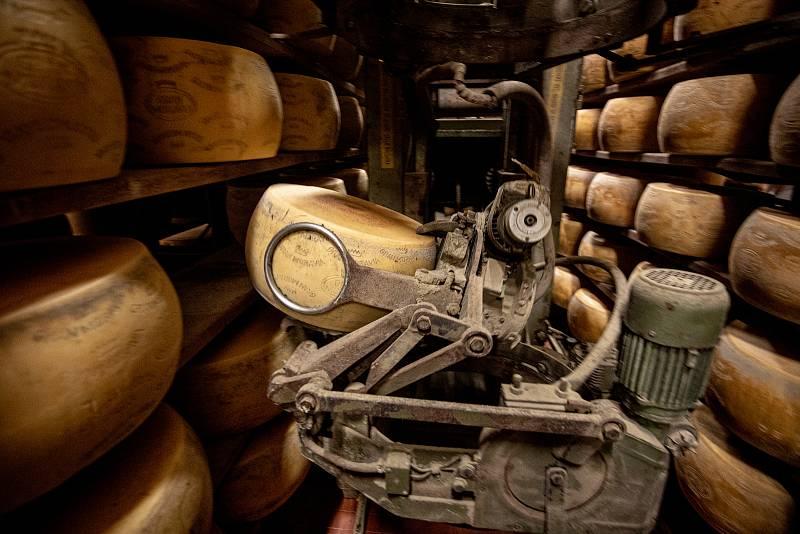 Tradiční sklad sýrů společnosti Gran Moravia, 11. srpna 2021 v Bevadoro, Itálie. Stroj na otáčení a čištění sýrů.