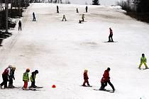 Lyžování ve ski areálu Skalka. Ilustrační foto.